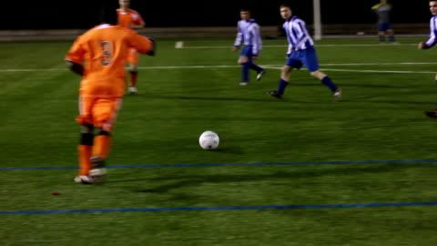 vídeos y material grabado en eventos de stock de soccer/partido de fútbol, pasando la bola y puntuación objetivo - portería artículos deportivos