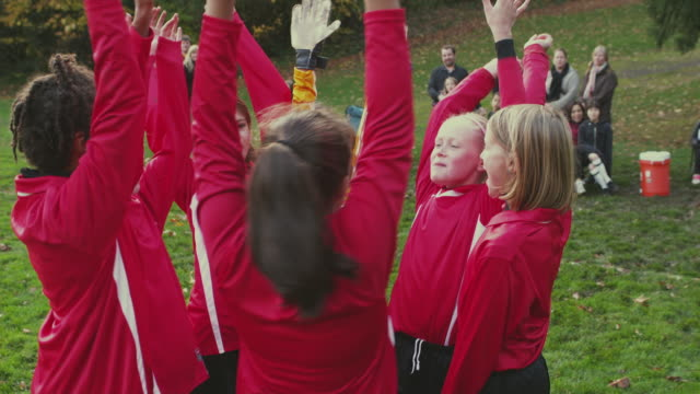 ms ts pan soccer girls (6-13) huddles up before game / portland, oregon, usa - schwenk stock-videos und b-roll-filmmaterial