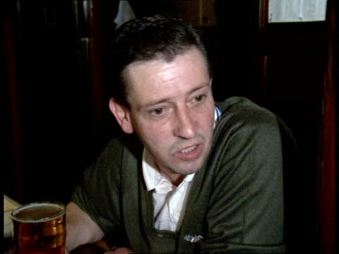 vídeos de stock e filmes b-roll de glasgow rangers celtic derby itn scotland glasgow int men in pub drinking and smoking / 'celtic v rangers' notice on wall / vox pops opinions on mo... - glasgow escócia