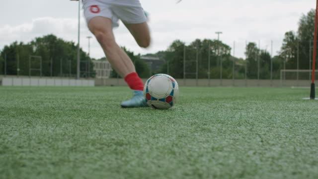 目標キックサッカー研修 - ショットを決める点の映像素材/bロール