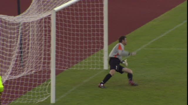 vidéos et rushes de ha ws soccer goalie diving to block penalty kick that makes it into goal / sheffield, england, uk - cage