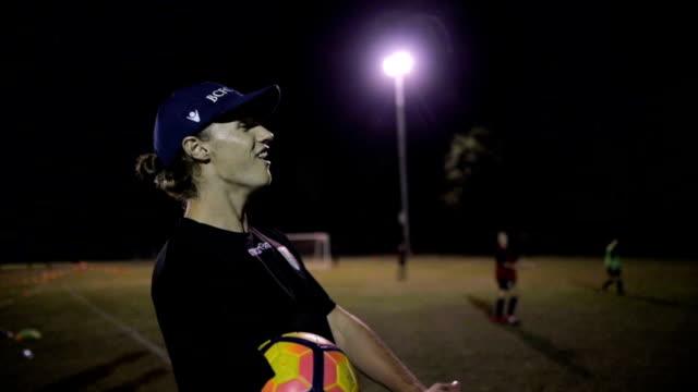 fußball-lehrer - spielball stock-videos und b-roll-filmmaterial