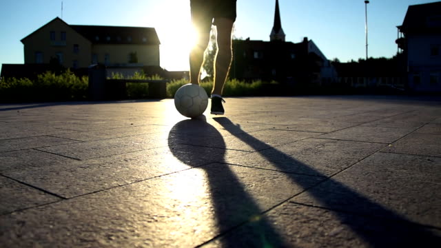 HD SUPER CÁMARA LENTA: Jugador de fútbol con una pelota driblar