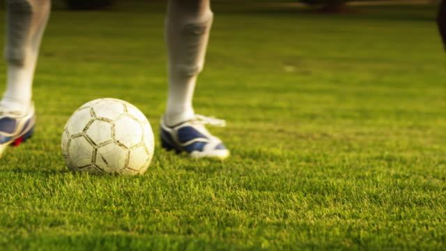 vídeos de stock, filmes e b-roll de cu pan soccer player dribbling ball on field / orem, utah, usa - passe de bola