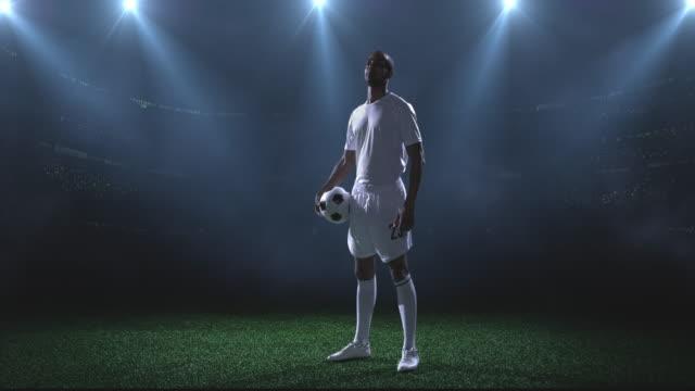 サッカープレーヤースタジアム - ショットを決める点の映像素材/bロール