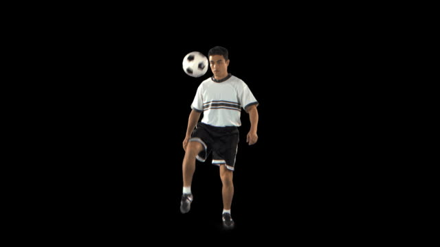 soccer player juggling ball - this clip has an embedded alpha-channel - サッカー選手点の映像素材/bロール