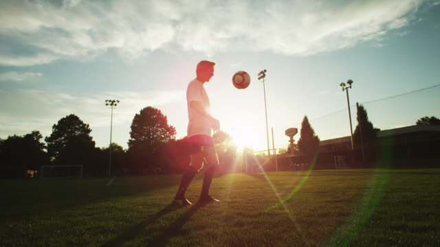 vídeos de stock, filmes e b-roll de ws soccer player juggling soccer ball on field / provo, utah, usa - treino esportivo