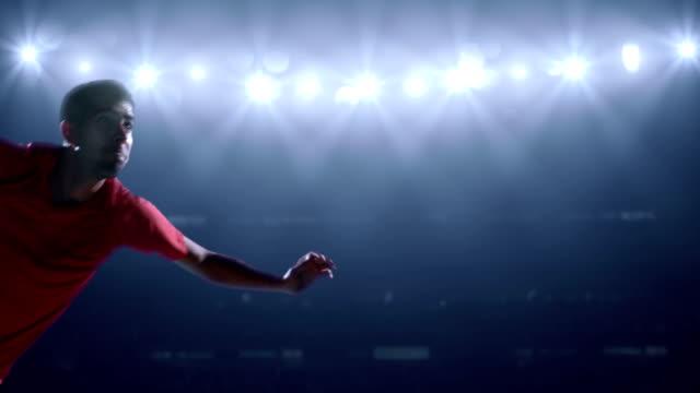 サッカー選手ボールを蹴るスタジアム - ショットを決める点の映像素材/bロール