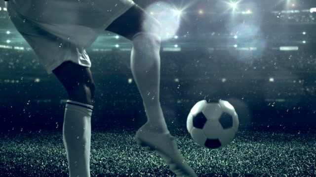 stockvideo's en b-roll-footage met soccer player kicking ball in stadium - schoppen lichaamsbeweging