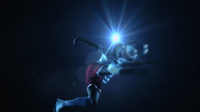 fußball spieler treten ball - tor konstruktion stock-videos und b-roll-filmmaterial
