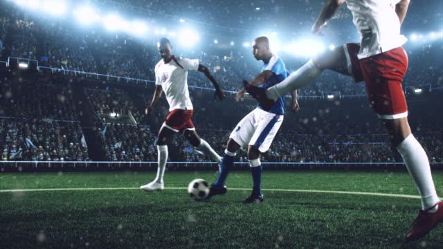 vídeos de stock, filmes e b-roll de jogador de futebol é um jogo dramática - campo de futebol