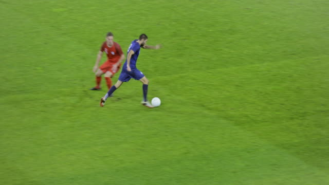 stockvideo's en b-roll-footage met soccer player passing the ball to his teammate who scores a goal - sportwedstrijd
