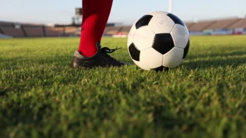 vidéos et rushes de footwork de spectacle football joueur et joueur de football coups de pied et tir balle au but en slow motion - ball