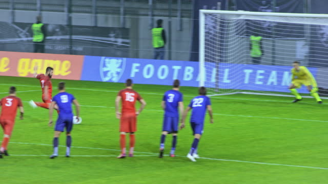 soccer player takes the penalty kick and scores - スポーツマン点の映像素材/bロール
