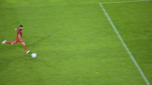 vidéos et rushes de soccer player taking a penalty kick and scoring - donner un coup de pied