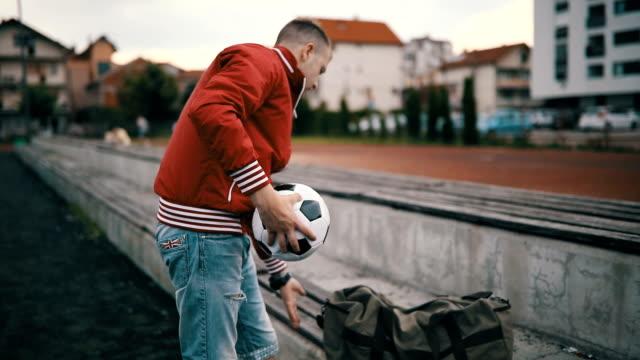 fußball-spieler zu fuß entfernt - trainer stock-videos und b-roll-filmmaterial