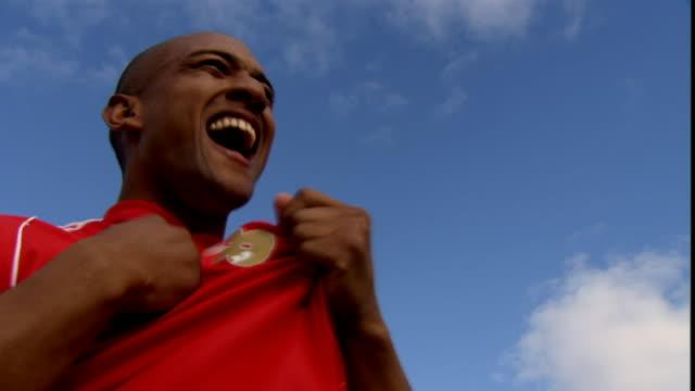 vídeos y material grabado en eventos de stock de la cu soccer players embracing as they pump their fists in the air/ sheffield, england - puño gesticular