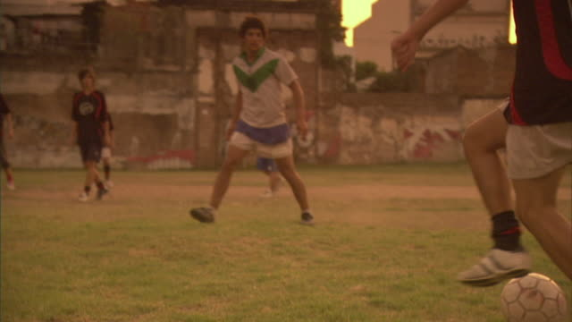vidéos et rushes de slo mo, ms, zi, soccer players having drink on  field, buenos aires, argentina - argentina