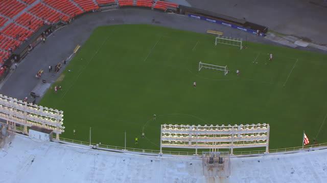 vídeos y material grabado en eventos de stock de ws zo aerial pov soccer players practicing on field in rfk stadium / washington dc, united states - estadio rfk