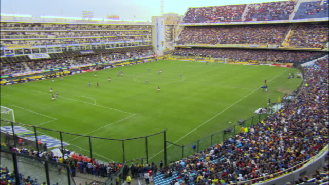 stockvideo's en b-roll-footage met ws pan soccer players while crowd cheering at stadium / buenos aires, argentina - stadion