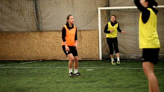 vídeos y material grabado en eventos de stock de práctica de fútbol - fémina