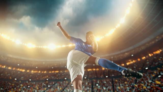 サッカー: プロ選手は、強力なキック - 蹴る点の映像素材/bロール