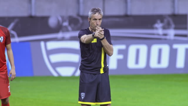 vidéos et rushes de soccer referee blowing the whistle at a match - arbitre