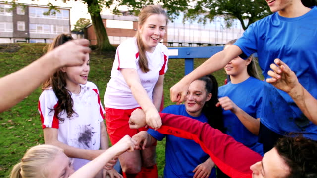 vidéos et rushes de succès de football - teenage girls