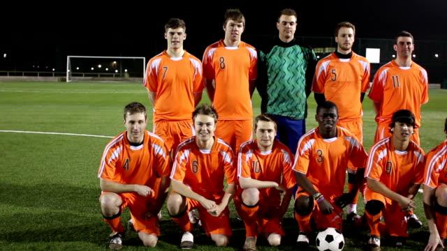 vídeos y material grabado en eventos de stock de retrato de equipo de fútbol sonriendo a la cámara, dolly - fotografía temas