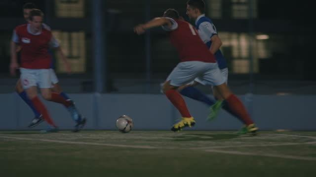 vidéos et rushes de entraînement football sur le terrain de jeu la nuit - gardien de but