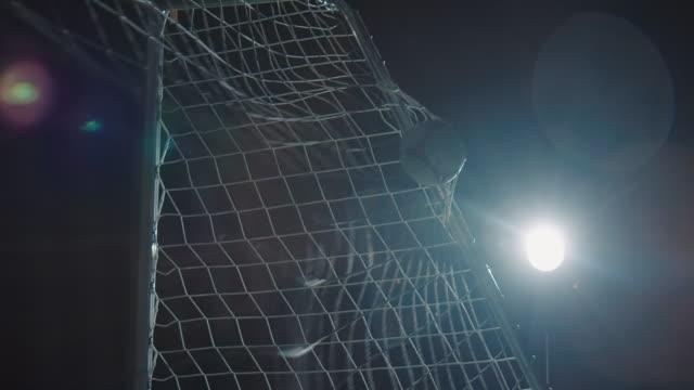 fussballtraining auf dem sportplatz bei nacht - tor konstruktion stock-videos und b-roll-filmmaterial