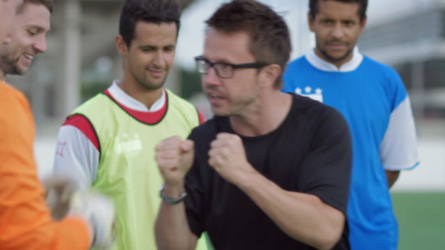 stockvideo's en b-roll-footage met voetbal training op speelveld - trainer