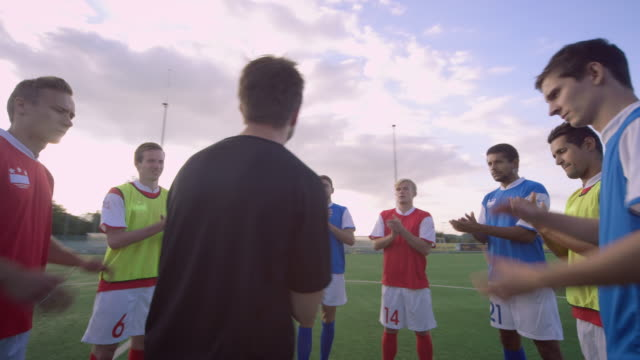 vídeos de stock e filmes b-roll de formação no campo de jogo de futebol - instrutor