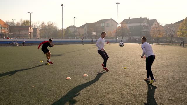 vidéos et rushes de formation de football sur le terrain de football de jeu - entraînement sportif