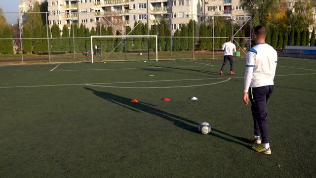 vídeos de stock, filmes e b-roll de treinamento de futebol em campo de futebol - praticar