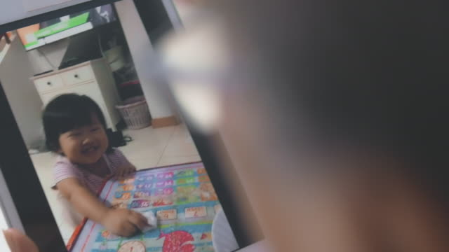 vídeos de stock, filmes e b-roll de distanciamento social : bebê afetuoso - fazendo careta