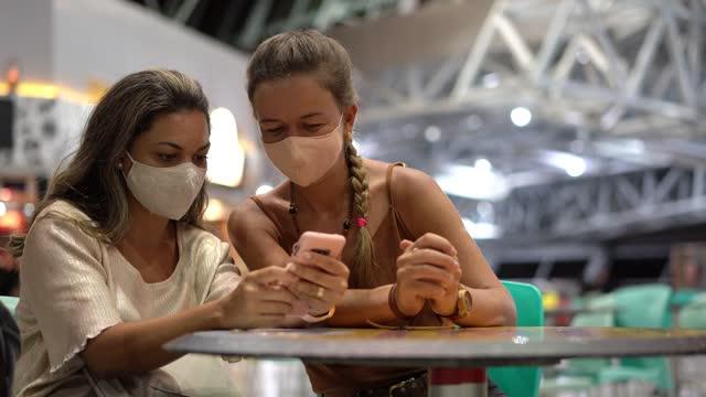 vídeos de stock e filmes b-roll de social gathering of women during the pandemic - sentar se