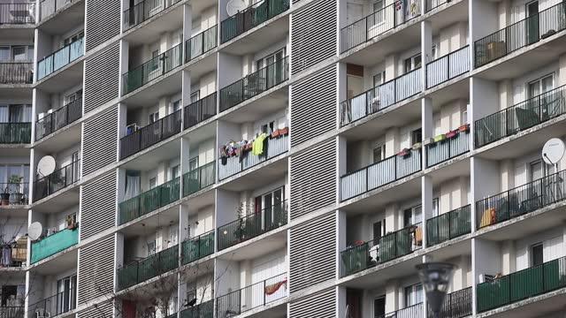 vidéos et rushes de social housing building in 'bernard de jussieu' district on november 7 in versailles, france. commonly known for its castle and historical landmarks... - banlieue pavillonnaire