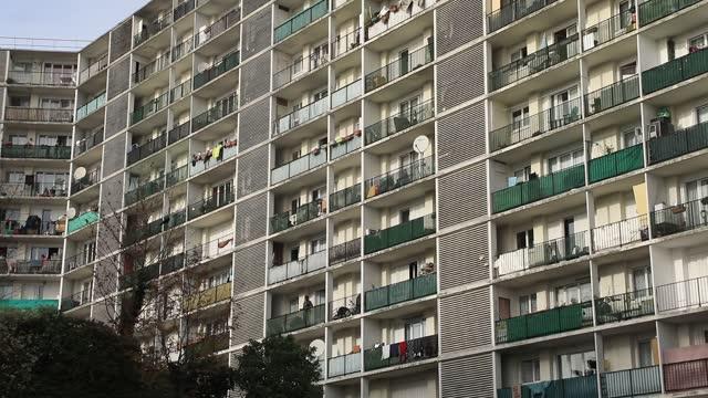 vidéos et rushes de social housing building in 'bernard de jussieu' district on november 7 in versailles, france. commonly known for its castle and historical landmarks... - hlm