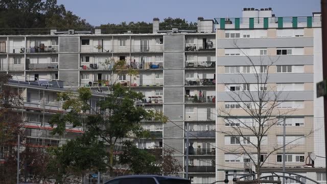 vidéos et rushes de social housing building in 'bernard de jussieu' district on november 7 in versailles, france. commonly known for its castle and historical landmarks... - problème de logement