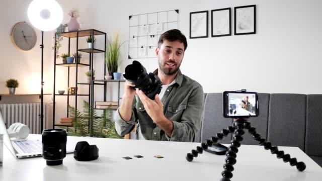 自宅で働くソーシャルメディアインフルエンサー - ブログ点の映像素材/bロール