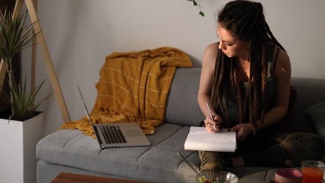 social-media-manager, erstellen einige interessante inhalte für eine kundin während der arbeit von ihrem home-office - content stock-videos und b-roll-filmmaterial