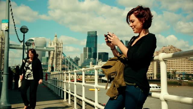 vídeos de stock, filmes e b-roll de rede social, a tower bridge em londres - homem e máquina
