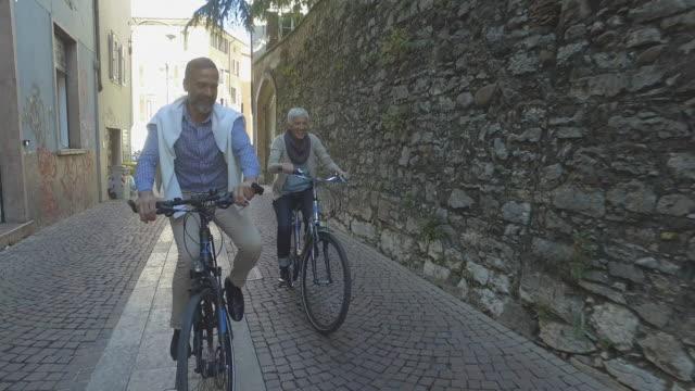 Sociala seniorer äldre par på city