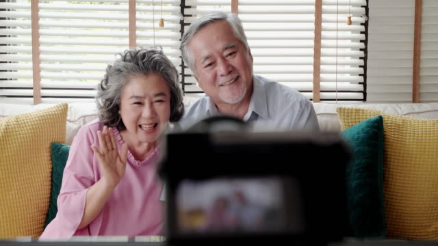 vídeos de stock e filmes b-roll de social seniors : two elderly person using new technology live video call - idoso na internet