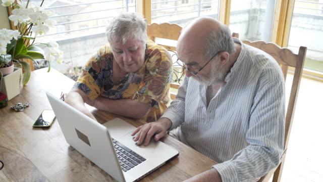 vídeos de stock e filmes b-roll de social seniors working with a computer. - fazer um favor