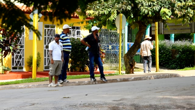 socialist cuba everyday lifestyle: people in a corner watching life at ease - angolo descrizione video stock e b–roll