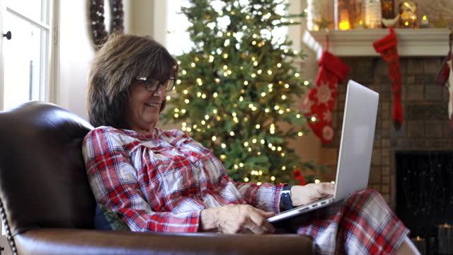 sozial distanzierte weihnachten mit oma und enkelin - seniorinnen stock-videos und b-roll-filmmaterial