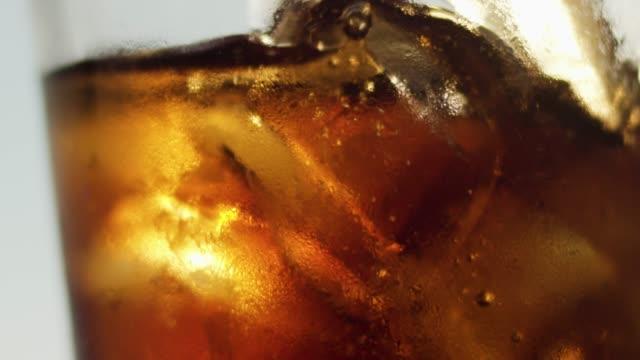 vídeos y material grabado en eventos de stock de se vierte en un vaso de soda - cola gaseosa