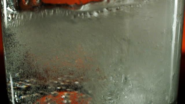 vídeos de stock, filmes e b-roll de esparramar líquido refrigerante espumante - teste de coloração